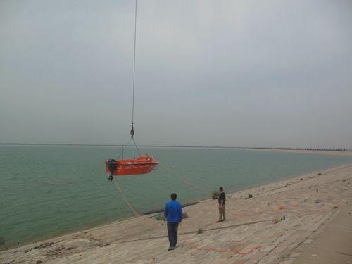 5月21日,玉清湖生物浮床水质提升技术应用与示范项目迎来了采购的水质采样用船。船只供货商青岛崂山北海舰艇有限公司工作人员用塔吊把船只安放于水库浮动码头处,并将救生设备安置到位。之后,供货方工作人员给我项目工作人员详细讲解了该船只的工作原理及性能,并亲自教授驾驶技巧。 船只能够帮助解决水库内部出现问题而不能深入处理的难题,极大地提高了项目工作人员水质采样的工作效率。(作者:谢敬斌 编辑:张晓璐)